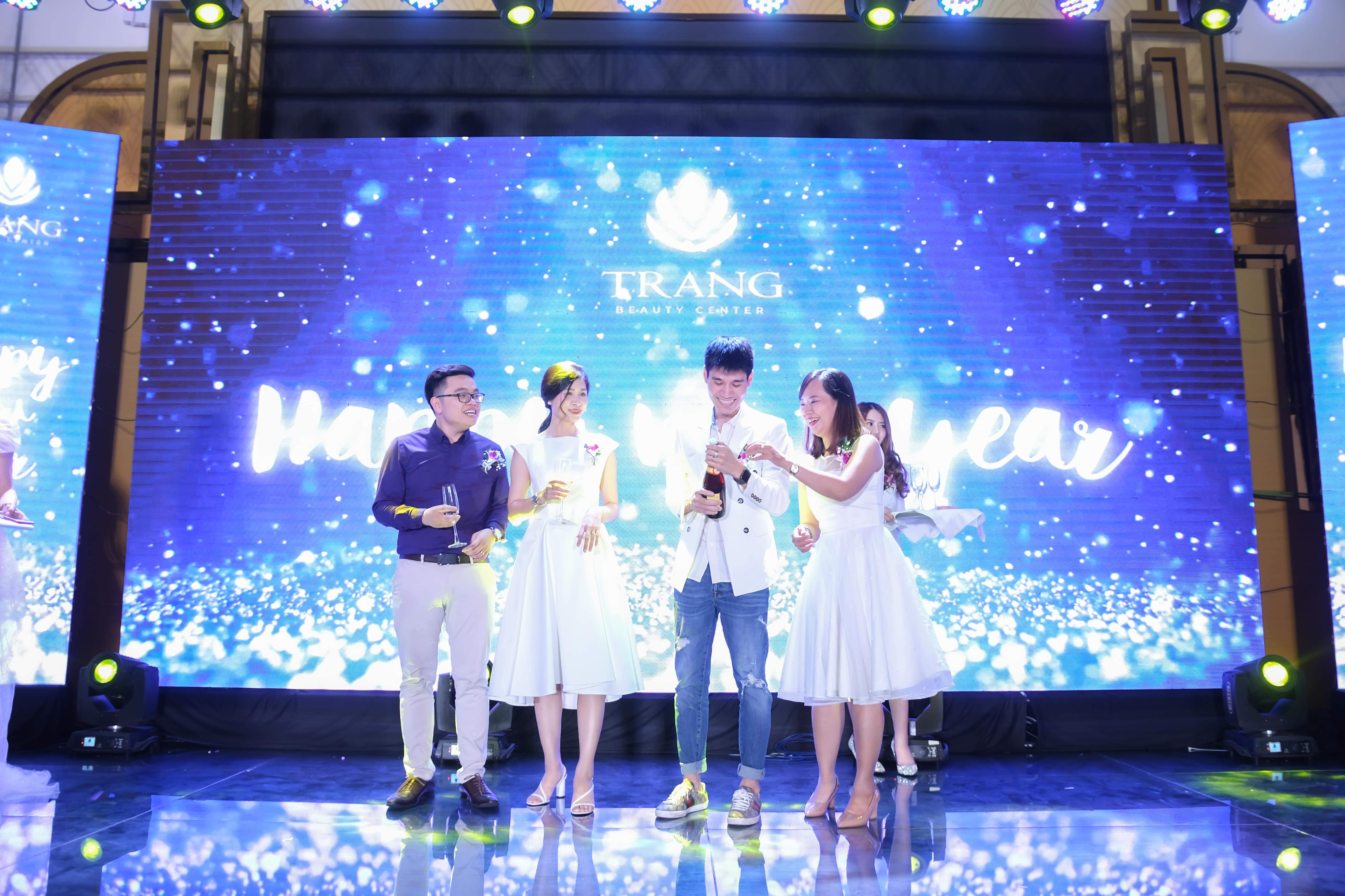 Ban lãnh đạo công ty khui sampane khai tiệc trong chương trình tổ chức sự kiện Year End Party