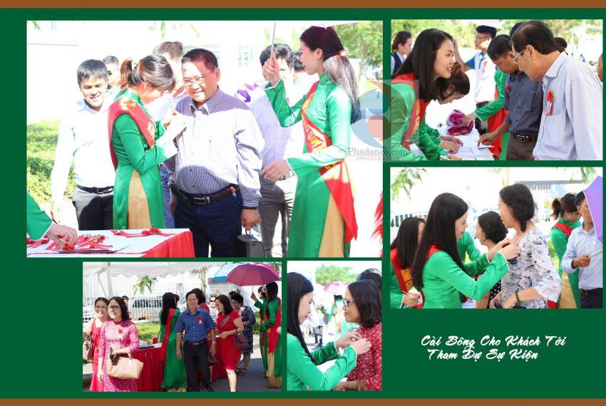 Lễ tân cài hoa cho khách mời tham dự sự kiện do Truyền Thông Phan Đăng Tổ Chức