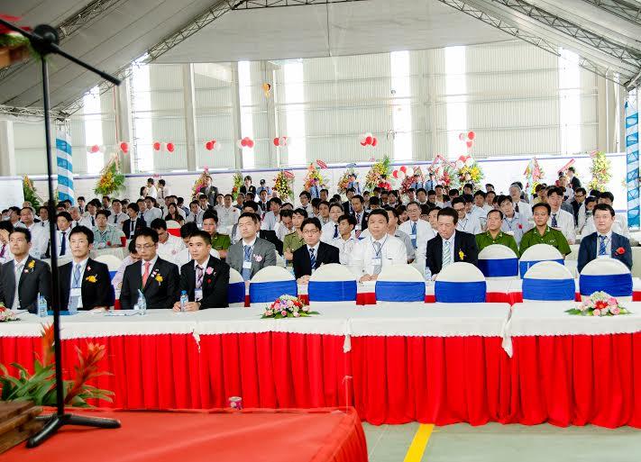 Đông đảo cán bộ công nhân viên tham dự sự kiện tổ chức lễ khánh thành nhà máy