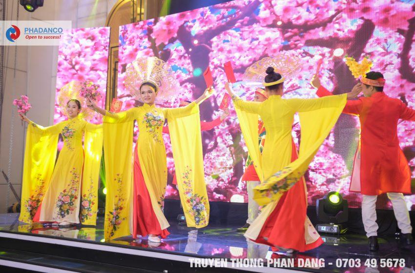 Tiết mục nghệ thuật trong tà áo dài do Truyền thông Phan Đăng tổ chức