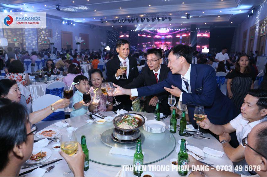 Bàn tiệc kỷ niệm thành lập công ty Thế giới giấy do Truyền thông Phan Đăng tổ chức