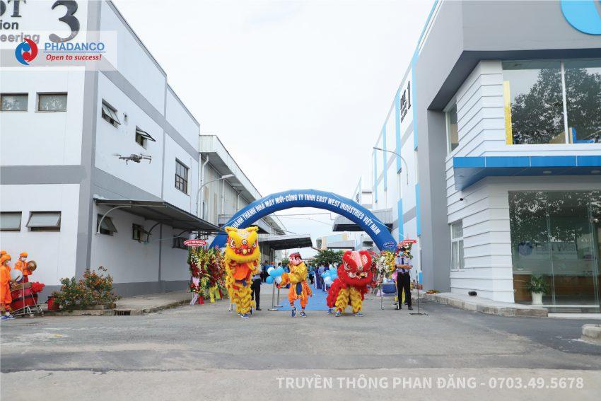Đoàn Lân trống hoạt náo đón khách tại cổng chào