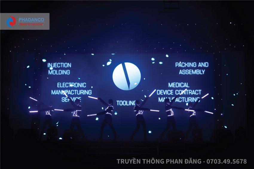 Tiết mục Body Led trình bày bởi vũ đoàn Phan Đăng
