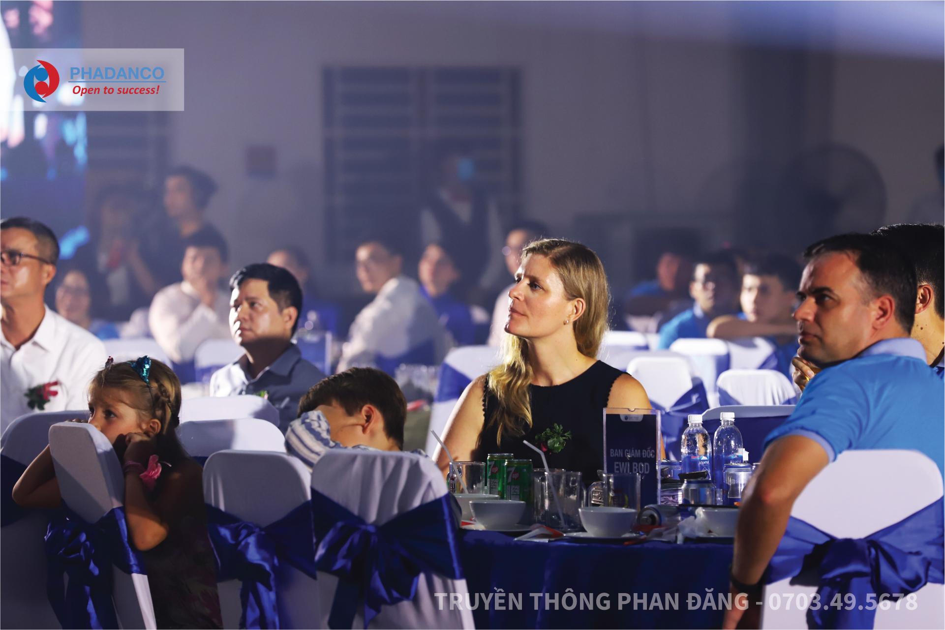 Đông ddaor khách hàng trong và ngoài nước tham dự buổi lễ khánh thành nhà máy mới East West Industries